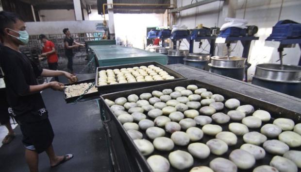 Pekerja membuat adonan bakpia phatok di pabrik pembuatan Bakpia Phatok 25 di Yogyakarta. Bank Indonesia (BI) mengapresiasi dukungan pemerintah kepada industri perbankan dalam menyalurkan kredit kepada usaha mikro, kecil, dan menengah (UMKM) melalui program subsidi Kredit Usaha Rakyat (KUR).